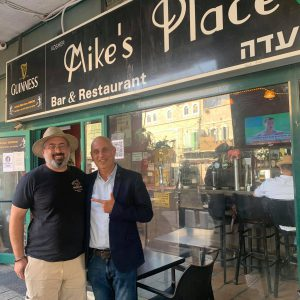פגישה עם הבעלים של הבר ״מייקס פלייס״ ראובן בייזר